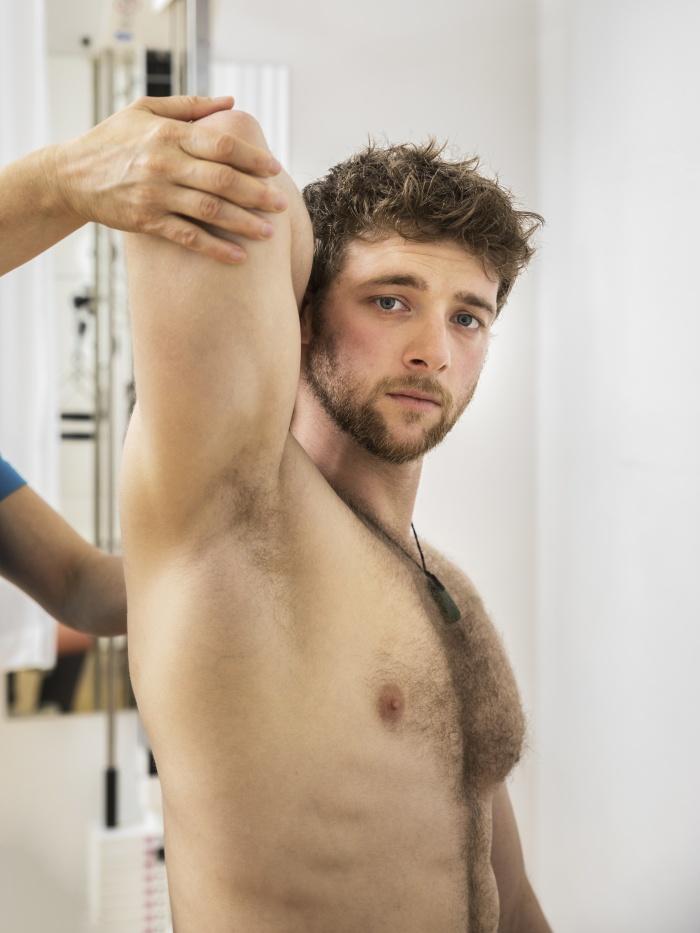 Hombre joven en una sesion de acupuntura